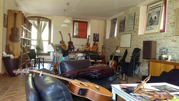 Sala dove si svolgono i corsi di chitarra con Franco Morone all'Acoustic Guitar Workshops