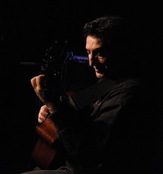 Franco Morone ritratto dal fotografo austriaco Grog durante un suo concerto al Centro sociale di lavoro e cultura Die Brücke (A)