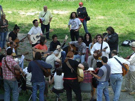 Orchestra chitarre di Franco Morone a Sarzana. Prove durante l'International Acoustic Guitar Meeting di Sarzana, festival di chitarra acustica