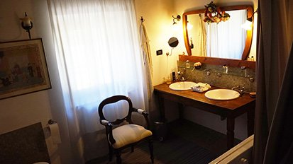 Casale Poggio agli Ulivi dell'Acoustic Guitar Workshops. Bathroom upstairs available to guests.
